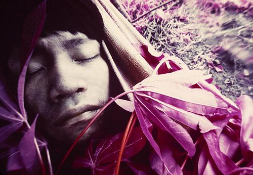 Claudia Andujar Jeune Wakatha u thëri, victime de la rougeole, soigné par des chamans et des aides-soignants de la mission catholique, Catrimani, Roraima, 1976.