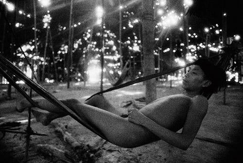 Claudia Andujar Jeune homme dans un hamac en fibre d'écorce d'arbre, Catrimani, Roraima, 1974.