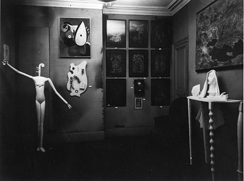 Mannequin (1932-1933) dans l'Exposition surréaliste à la galerie Pierre Colle. Photo : Man Ray, 1933. Archives de la Fondation Giacometti, Paris. Oeuvre © Succession Alberto Giacometti (Fondation Giacometti, Paris + ADAGP, Paris) 2020.