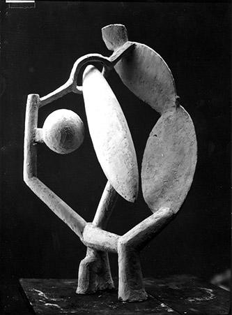 Femme, tête et arbre en plâtre (c. 1930). Photo : Marc Vaux, n. d. Fondation Giacometti, Paris. Oeuvre © Succession Alberto Giacometti (Fondation Giacometti, Paris +ADAGP, Paris) 2020.