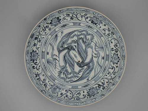 Grand plat aux phénix, Dynastie des Lê postérieures, (1428 – 1788). Grès à décor bleu-et-blanc sous Couverte, M.C. 2016-57.