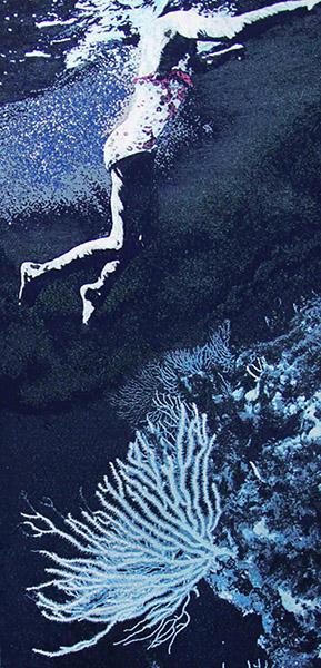 Laurence Aëgerter, Bain de minuit (coraux), série Longo Mai, 2013. Édition de 5 (+2EA) – 280 x 130 cm, tapisserie jacquard en fils mixtes dont laine de mohair, lurex, et fils phosphorescents.