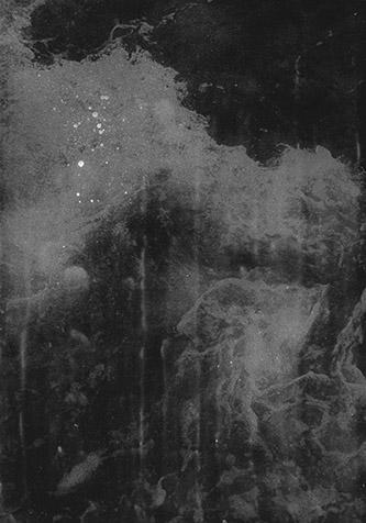 Anaïs Boudot, sans titre (triptyque #4 - extrait), série Le reste des vagues, 2019. Pièce unique – 30 x 21 cm / 32 x 66,5 cm, tirages gélatino-argentiques sur trois plaques de verre, peinture grise et argent, caisse américaine aluminium.