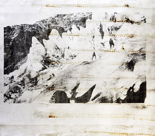 Douglas Mandry, Rhonegletscher Eisgrotte (2300 m), série Monuments, 2019-20 Pièce unique – 126 x 142 cm, lithographie sur géotextile usagé (couverture de glacier). Encadrement, bois anthracite, verre antireflet.