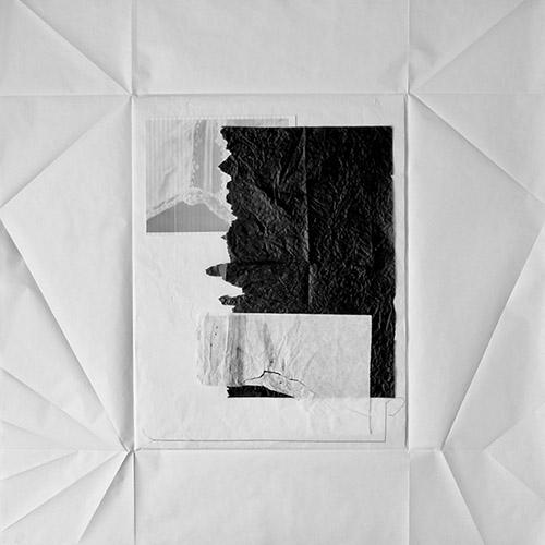 Olga Theuriet, CHEMISE / 3, 2020. Encre, papier de couture, papier à lettre, de soie et d'emballage, fil, 100 x 100 cm. © Photo Olga Theuriet, Courtesy Galerie Arnaud Lefebvre.