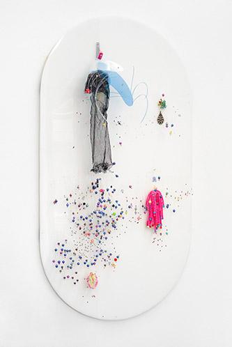 Ernest Breleur, sans titre, série le vivant, passage par le féminin, 2016. Apparats féminins, perles, radiographie sur plexiglas, 139 x 70 x 20 cm. Courtesy Maëlle Galerie. Copyright Jérome Michel