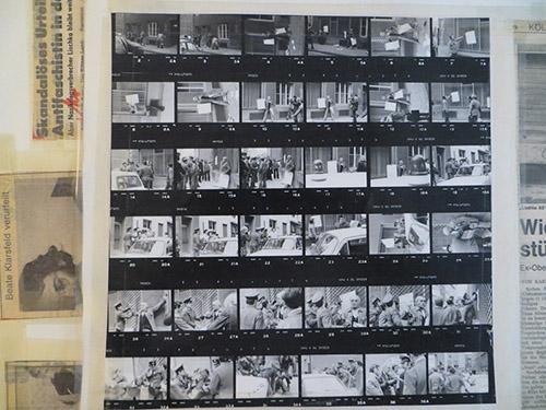 Série de photographies d'anciens déportés arrêtés lors d'une manifestation organisée devant le bureau de Kurt Lichka, ancien SS impliqué dans l'arrestation et la déportation de milliers de Juifs en France. Cologne, 7 mai 1973. Mémorial de la Shoah – Centre de documentation.