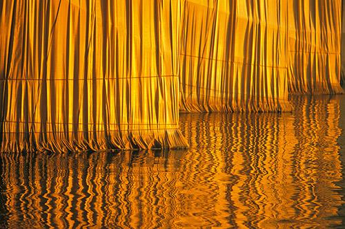 Christo et Jeanne-Claude, The Pont-Neuf Wrapped, Paris,1975-1985 [Le Pont-Neuf empaqueté, Paris, 1975-1985]. © Christo 1985. Photo © Wolfang Volz.