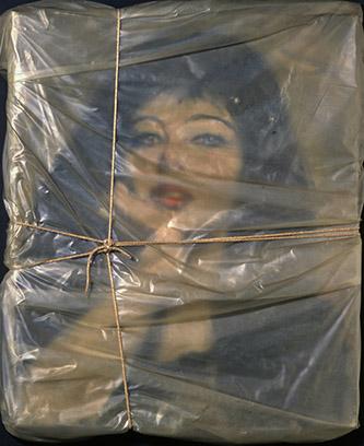Christo et Jeanne-Claude, Portrait empaqueté de Jeanne-Claude, 1963. Polyéthylène, cordeau, huile sur toile signée Javacheff, montés sur panneau de bois peint, 78,5 × 51,1 × 5,1 cm. Collection Museum of Contemporary Art San Diego; Gift of David C. Copley Foundation, 2013.50. © Christo 1963 Photo © Christian Baur, Basel