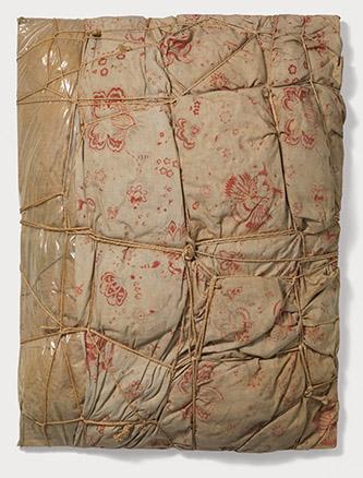 Christo et Jeanne-Claude, Empaquetage, 1962. Tissu, polyéthylène, ficelle et divers objets sur panneau, 83 × 62 × 25 cm. Collection de l'artiste. © Centre Pompidou. © Christo 1962. Photo © Philippe Migeat.