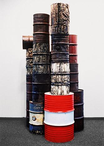 Christo et Jeanne-Claude, Barils de pétrole empaquetés, 1958-1959. Dix-huit barils, tissu, fil d'acier, peinture, laque, sable. Barils empaquetés : 62 × 36,5 cm (x 2) ; 64 × 36,5 cm (x 1) et 60 × 38 cm (x 1). Collection de l'artiste. © Christo 1958. Photo © Eeva-Inkeri.