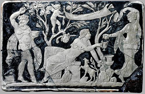Bacchus et Ariane avec un satire, Ier siècle après J.-C. Plaque de verre, 25,5 x 39,5 cm. Pompéi, Parc archéologique de Pompéi. © Parco Archeologico di Pompei, Archivio Fotografico.