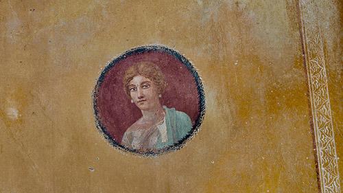 Portrait d'une figure féminine, peut-être la maîtresse de maison, Ier siècle après J.-C. Pompéi, maison avec jardin. © GEDEON Programmes.