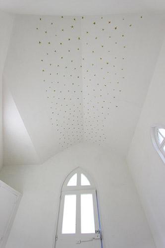 Régis Perray, La voûte étoilée de la petite chapelle de Pontmain. © Justine Lebourlier.