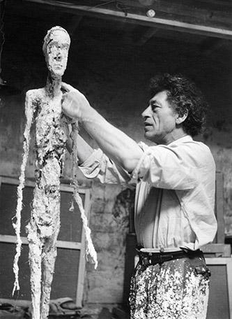 Alberto Giacometti, Alberto Giacometti réalisant un Homme qui marche, 1959. Photo : Ernst Scheidegger. Fondation Giacometti. © Succession Alberto Giacometti. (Fondation Giacometti + ADAGP) 2020.