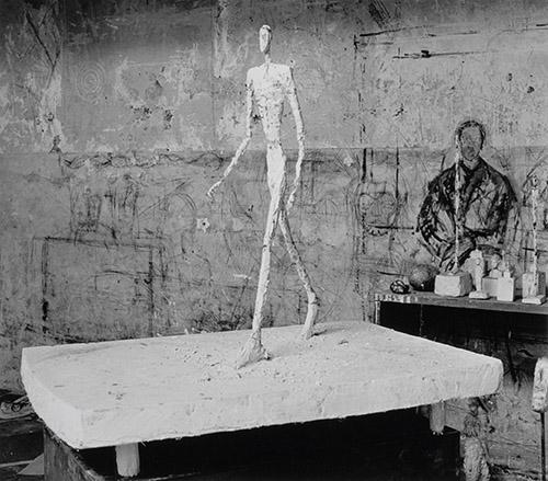 Alberto Giacometti, L'Homme qui marche sous la pluie, plâtre (oeuvre détruite) dans l'atelier, 1949. Photo : Denise Colomb. Fondation Giacometti. © Succession Alberto Giacometti. (Fondation Giacometti + ADAGP) 2020.