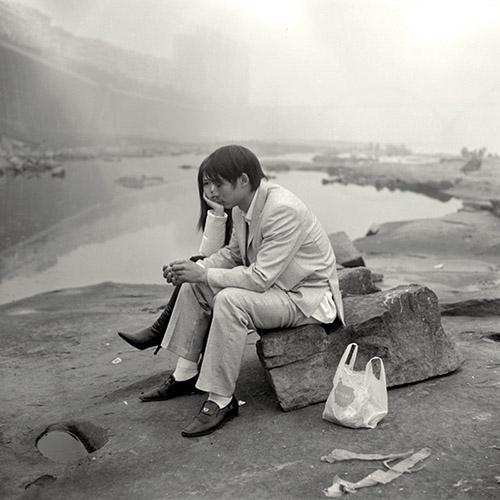 Mu Ge, Going Home. Les amants sur la rive du Yangzi, 2006. Série Going Home [Le retour], 2004-aujourd'hui. Impression Giclée sur papier fine art, 110 x 110 cm. Avec l'autorisation de l'artiste.