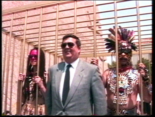 Coco Fusco et Guillermo Gómez-Peña, The Couple in the Cage : Guatinaui Odyssey, 1992-1993. Réalisation vidéo : Paula Heredia, son, 31 min. © Centre Pompidou, MNAM – CCI/Dist.RMN-GP. © Coco Fusco/Adagp, Paris, 2020.
