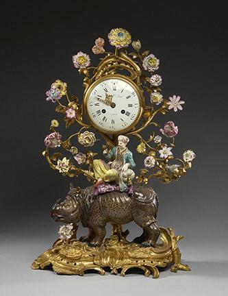 Rhinocéros avec un oriental monté en pendule. Porcelaine dure de Meissen à décor polychrome montée en bronze ciselé et doré, fleurs en porcelaine tendre française. Manufacture de Meissen, modèle de Johann Joachim Kändler, vers 1750-1755.
