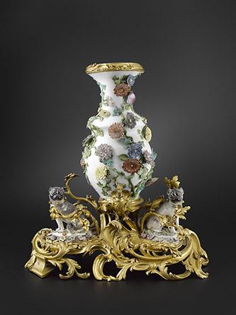 Fontaine de table. Porcelaine dure de Meissen à décor polychrome montée en bronze ciselé et doré. Manufacture de Meissen, vers 1740 H. 61 cm. Collection particulière. ©Hugues Dubois.