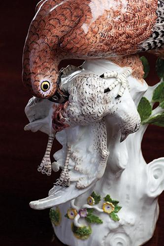 Faucon crécelle dévorant une proie. Porcelaine dure de Meissen à décor polychrome. Manufacture de Meissen, modèle d'après Johann Joachim Kändler vers 1742-1745. H. 29. L. 24.5 ; Pr 12 cm. Collection particulière. ©Éditions Monelle Hayot_photo Alo Paistik.