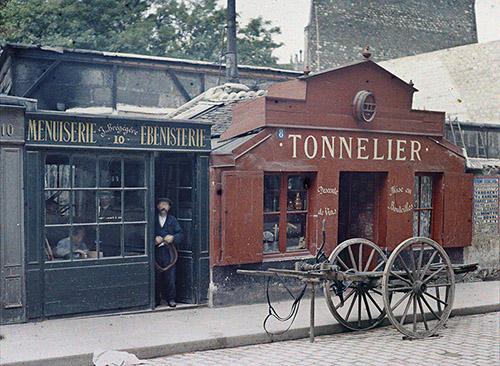 Stéphane Passet, Paris 6e, rue Notre-Dame des Champs, 23 juillet 1914, autochrome 9x12 cm. © Département des Hauts-de-Seine – Musée départemental Albert-Kahn – Collection des Archives de la Planète.