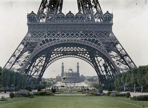 Stéphane Passet, Paris 7e, le palais du Trocadéro vu de la tour Eiffel, date inconnue, autochrome 9x12 cm .© Département des Hauts-de-Seine – Musée départemental Albert-Kahn – Collection des Archives de la Planète.