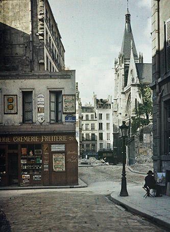 Stéphane Passet, Paris 5e, rue des Prêtres-Saint-Séverin, 9 juillet 1914, autochrome 12x9 cm. © Département des Hauts-de-Seine – Musée départemental Albert-Kahn – Collection des Archives de la Planète.
