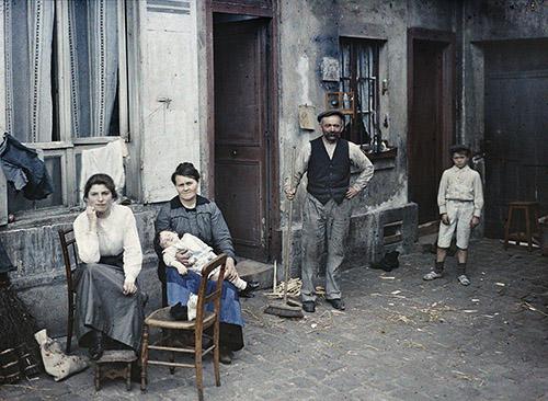 Anonyme, Paris 5e, une famille rue du pot de fer, juillet 1914, autochrome 9x12 cm. © Département des Hauts-de-Seine – Musée départemental Albert-Kahn – Collection des Archives de la Planète.