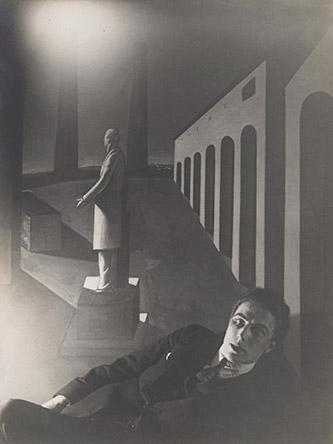 Man Ray (1890-1976), André Breton devant un tableau de Giorgio de Chirico, 1922. Triage argentique, 22 x 16,5 cm. Galerie Nathalie Seroussi, Paris. Courtesy galerie Natalie Seroussi. © Man Ray 2015 Trust / Adagp, Paris 2020.