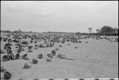 Secteur de Dunkerque, mai-juin. Casques français abandonnés, ECPAD | © Luftwaffe K.B.K. 4 / ECPAD.