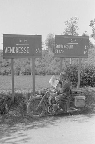 14-15 mai. Motocycliste allemand dans la région de Sedan, ECPAD | © Photographe inconnu / ECPAD.