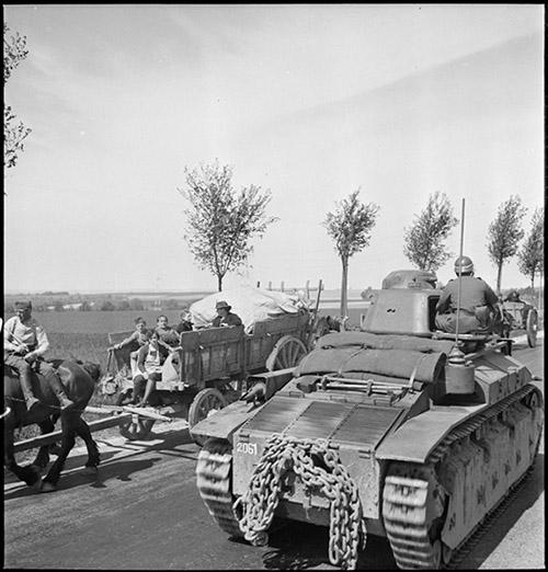Mai 1940, des chars Renault D2 de la 345e Compagnie autonome de chars de combat (CACC) croisent des réfugiés sur la N2 entre Soissons et Laon, ECPAD | © SGA /ECPAD.