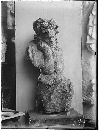 Antoine Bourdelle, Photographe anonyme, Beethoven accoudé, Vers 1905 / About 1905. D'après un négatif sur verre au gélatino-bromure d'argent. Musée Bourdelle, Paris. Photo : musée Bourdelle / Paris musées.