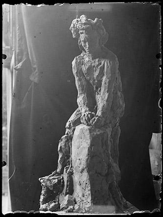 Antoine Bourdelle, Beethoven dans le vent sans draperie, étude en terre, Vers 1910 / About 1910. D'après un négatif sur verre au gélatino-bromure d'argent. Musée Bourdelle, Paris. Photo : musée Bourdelle / Paris musées.