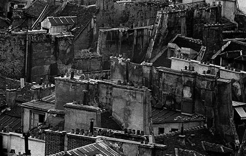 Frank Horvat, Toits, Paris, 1956 Téléobjectif. © Frank Horvat.