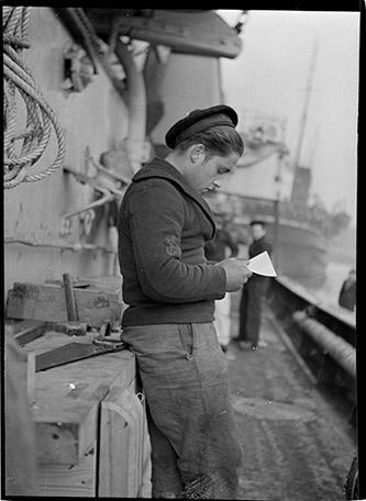 Anita Conti, La lettre, à bord d'un patrouilleur à quai à Boulogne-sur-Mer, 1939. © Anita Conti/Archives de Lorient/Agence Vu'.