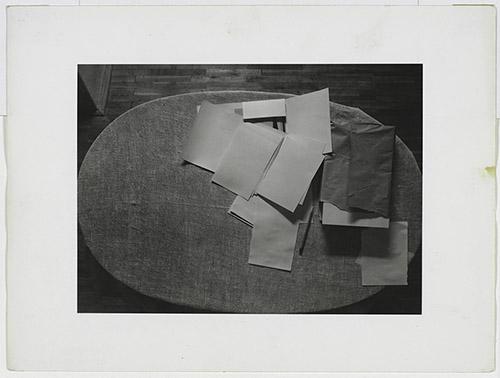 Jan Svoboda (1934-1990), Stůl (La Table), 1981. épreuve gélatino-argentique 18 x 24,1 cm. Centre Pompidou, MNAM – CCI. ©Centre Pompidou,MNAM-CCI/Audrey Laurans/Dist. RMN-CP. ©Droits réservés.