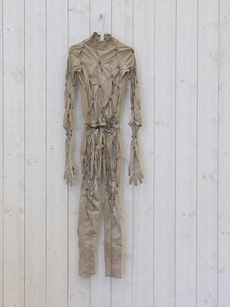 Manon Wertenbroek, Untitled, 2020, Latex, tissu, colliers de serrage, chaînes, 152 × 49 cm. Photo: Christian Hartmann.