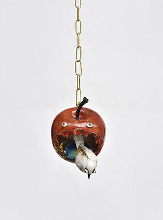 Marlène Mocquet, Pommes d'amour (rouge), 2020. 18x13x17cm, grés émaillé, lustre or et platine, oeil de verre chaine en laiton. Photo : © Rebecca Fanuele.