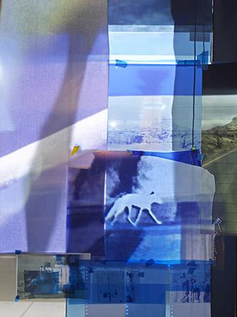 Sarah Sze, Images in Refraction (West), 2019. Matériaux mixtes, acrylique, vidéoprojecteurs, impressions pigmentaires, scotch.Dimensions variables. © Sarah Sze © Photo Genevieve Hanson.