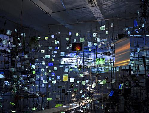 Sarah Sze, Prototype d'installation en studio en préparation de l'exposition Night Into Day à la Fondation Cartier pour l'art contemporain, 2019. © Sarah Sze Photo © Sarah Sze Studio.