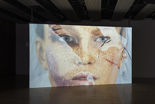 Kate Cooper, Infection Drivers, 2018. Vidéo, son, couleur, 7'29''. Vue de l'exposition «Freedom of movement», Stedelijk Museum (Amsterdam), 2018. Courtesy et crédit photo de l'artiste.
