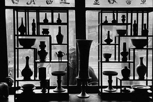 Marc Riboud, Vitrine d'un magasin d'antiquités, Pékin, Chine, 1957. © Marc Riboud / Fonds Marc Riboud au MNAAG.
