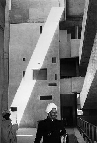 Marc Riboud, High Court, bâtiment conçu par Le Corbusier, à Chandigarh, Inde, 1956. © Marc Riboud / Fonds Marc Riboud au MNAAG. © F.L.C. Adagp Paris 2020.