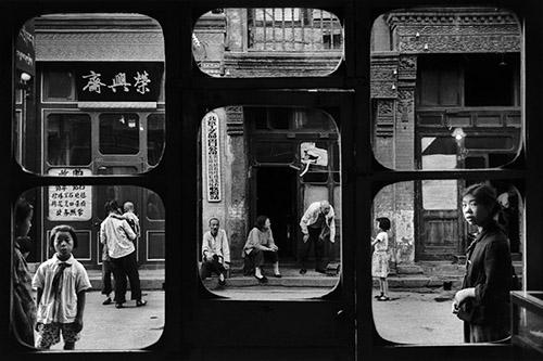 Marc Riboud, Les fenêtres d'antiquaire, Rue Liulichang, Pékin, Chine, 1965. © Marc Riboud / Fonds Marc Riboud au MNAAG.
