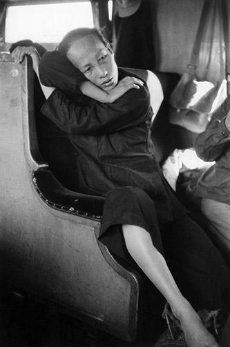 Marc Riboud, Paysanne dans le train, Dans le train qui mène de la frontière de Hong Kong à Canton, Chine, 1957. © Marc Riboud / Fonds Marc Riboud au MNAAG.