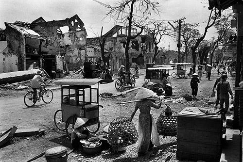 Marc Riboud, La ville de Hué détruite après l'offensive du Têt, Sud Vietnam, 1968. © Marc Riboud / Fonds Marc Riboud au MNAAG.
