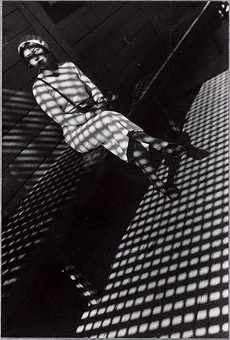 Alexandre Rodtchenko, Jeune fille au Leica, 1934. Tirage de Nicolas Lavrentiev vers 1950. 29,2 x 19,5 cm. Bibliothèque nationale de France. photo © BnF - Département des Estampes et de la. Photographie. © Adagp, Paris, [2020].