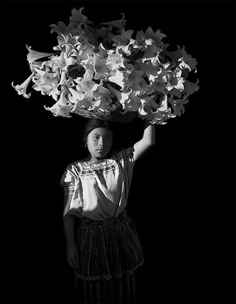Flor Garduño, Canasta de Luz, Corbeille de lumière d'époque, 1989. Tirage argentique d'époque, 35,5 x 22,5 cm. Bibliothèque nationale de France. © Flor Garduno. photo © BnF - Département des Estampes et de la photographie.